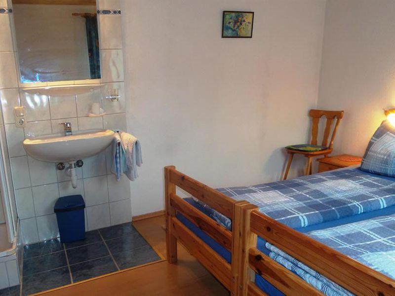 ferienwohnung f r 6 personen 75 m ab 70 id 18583209 walchsee. Black Bedroom Furniture Sets. Home Design Ideas